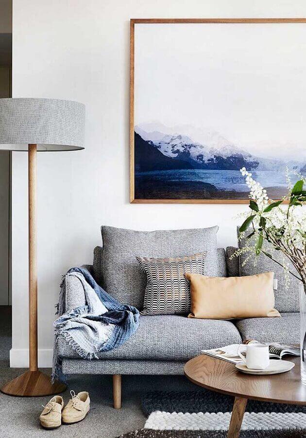 sala de visita decorada com sofá cinza e abajur de piso Foto Apartment Therapy