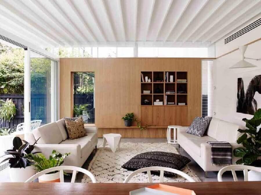 sala de visita decorada com sofás brancos Foto Architizer