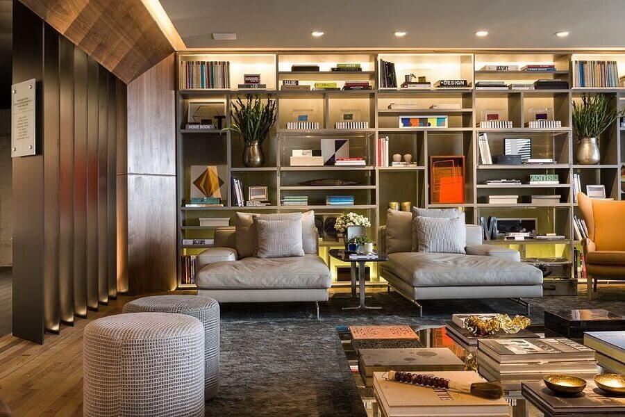 sala de visita moderna decorada com estante de nichos planejada Foto Triplex Arquitetura