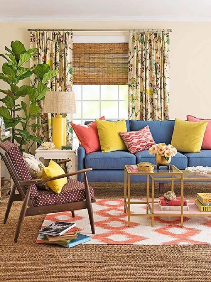 sala de visita simples decorada com almofadas coloridas para sofá azul Foto Better Homes and Gardens