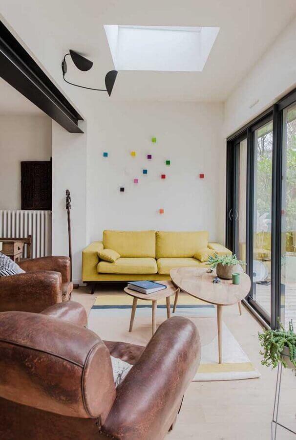 sala de visita simples decorada com sofá amarelo e poltronas de couro Foto Pinterest