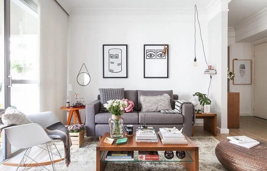 sala de visita simples decorada com sofá cinza e mesa lateral de madeira Foto Histórias de Casa