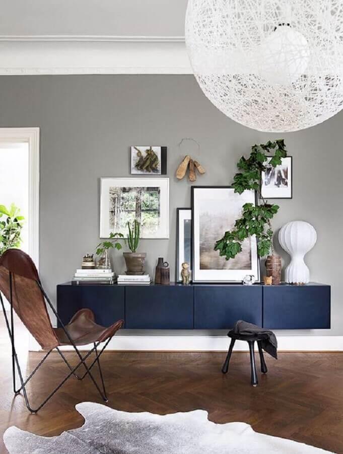 sala decorada com parede cinza e armário buffet suspenso azul Foto Michelle Halford