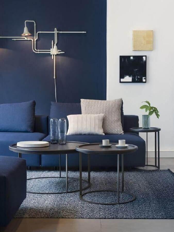 sala moderna azul e branca decorada com meia parede na vertical Foto Futurist Architecture