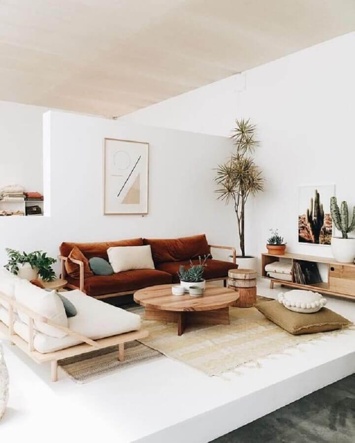 sofá marrom de madeira para sala de visita decorada em cores claras Foto Pinterest