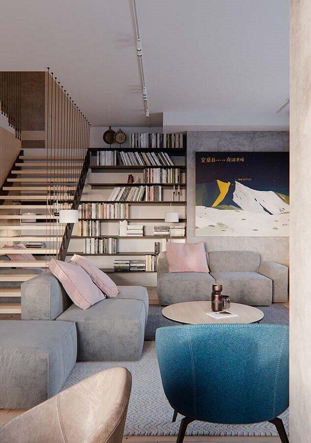 sofá para sala de visita moderna decorada com estante de livros Foto Apartment Therapy