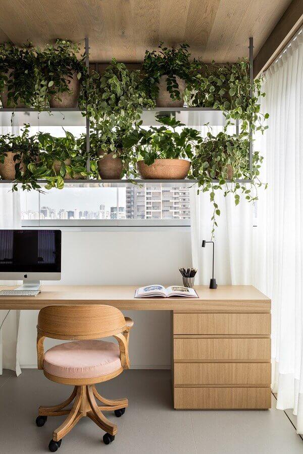 varanda decorada com cadeira giratória para  escrivaninha para estudo de madeira Foto Archdaily