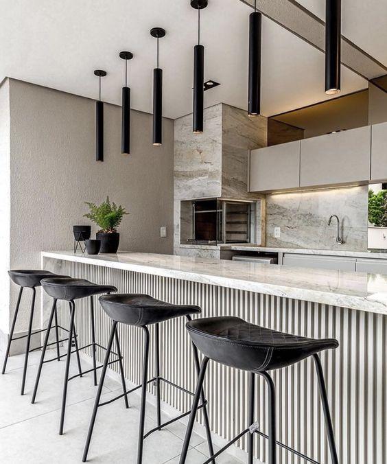 Área externa com churrasqueira gourmet de parede