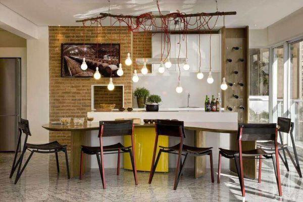 Área gourmet moderna com churrasqueira gourmet na parede e pendente industrial