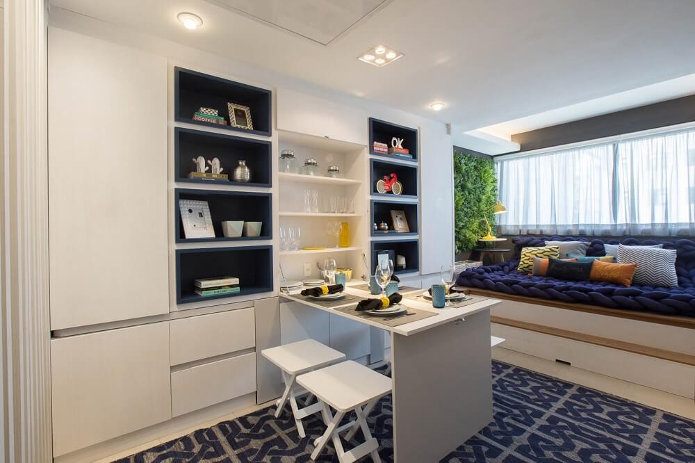 A arquiteta conseguiu criar espaços modernos e versáteis, fazendo uso principalmente da marcenaria sob medida. Foto: André Mortatti