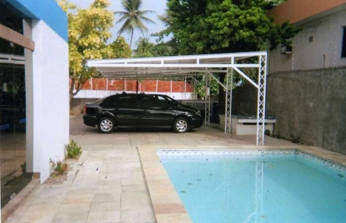 A cobertura de ferro para garagem pintada de branco trouxe um toque mais clean para a área externa. Fonte: Revista Viva Decora