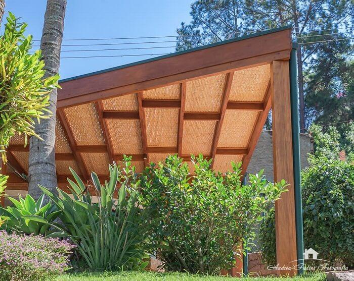A cobertura de madeira para garagem com tela agrega valor ao imóvel. Fonte: Andrea Castro Resende Fadini