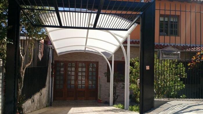 A cobertura de policarbonato para garagem é usada em diferentes imóveis. Fonte: Pinterest