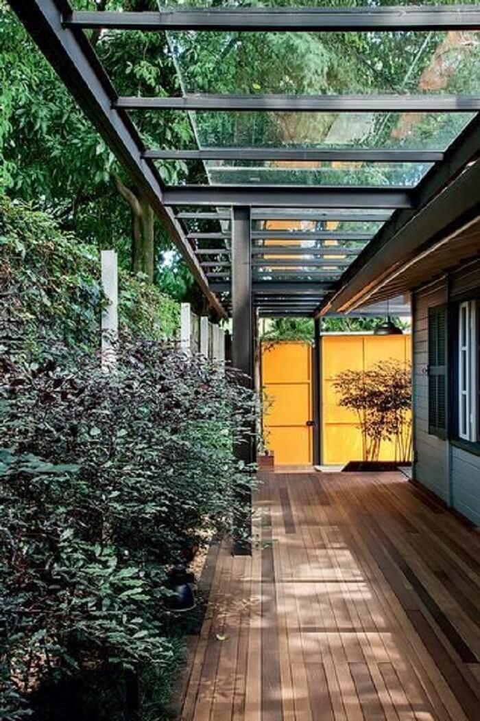 A cobertura de vidro vai da garagem até a cozinha gourmet do imóvel. Fonte: Arquitetura e Construção