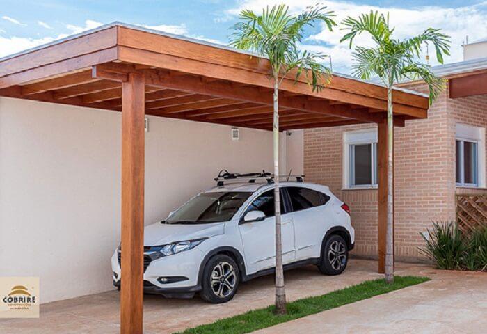 A cobertura para garagem de madeira é perfeita para casas que seguem o estilo rústico. Fonte: Cobrire