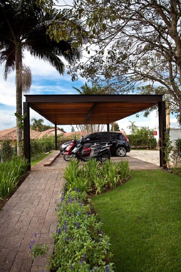 A cobertura para garagem se mistura com o paisagismo do terreno. Fonte: Homify