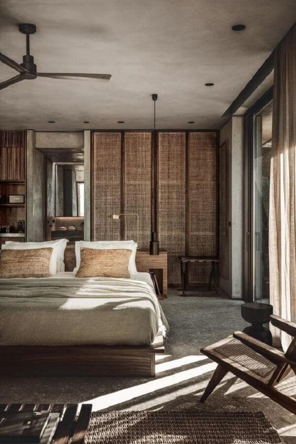 A cortina marrom para quarto permite a entrada parcial da luz natural. Fonte: Numoalmeida