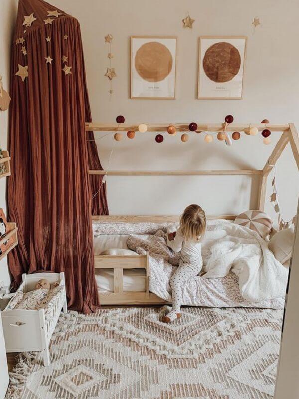 A cortina marrom para quarto tem um caimento sobre a cama deixando a decoração ainda mais especial. Fonte: Pinterest