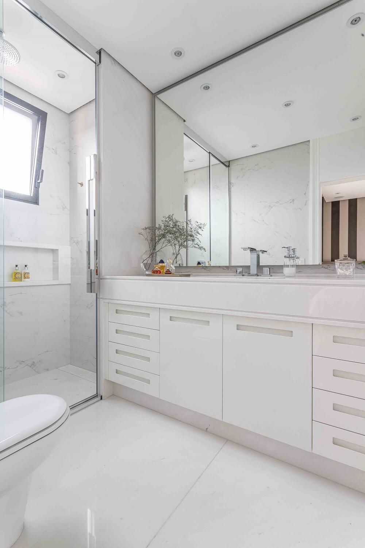 A decoração clean combinada ao espelho acentuou a sensação de amplitude ao espaço. Foto: Leandro Moraes