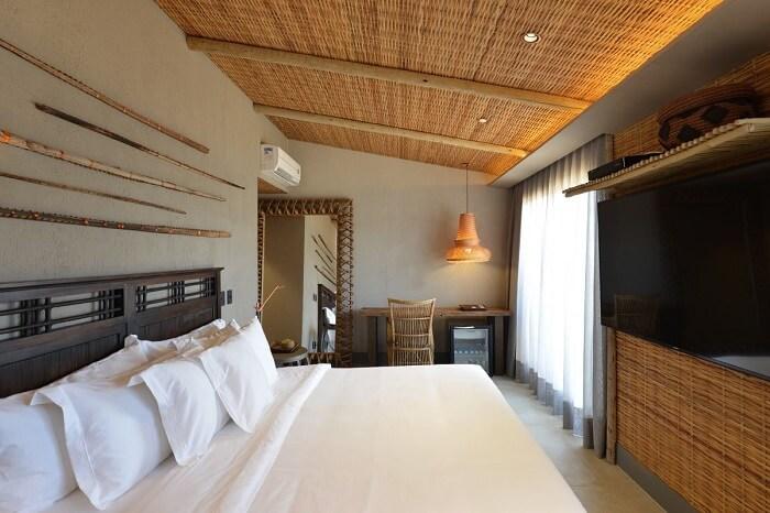 A decoração de bambu invade e transforma o quarto marrom com cinza. Projeto de Angela Chinasso