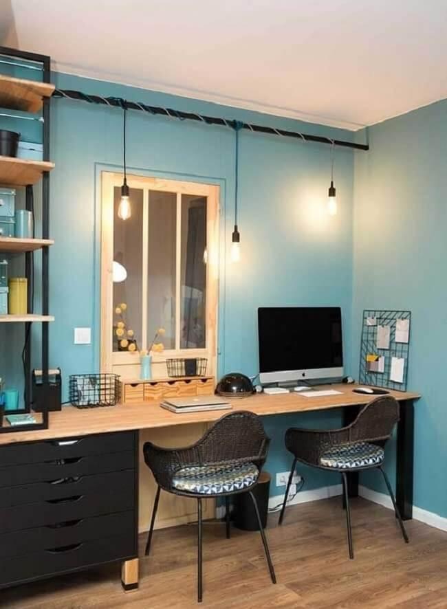A parede azul deixa o escritório planejado com gaveteiro preto mais acolhedor. Fonte: Pinterest