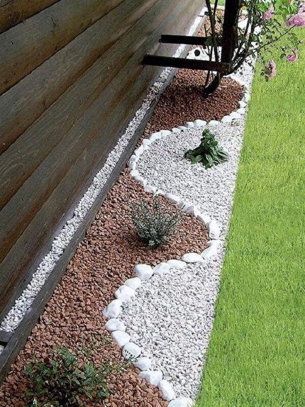 A pedra dolomita branca é usada para contornar o jardim com pedras. Fonte: Pinterest