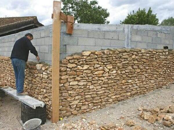 A pedra madeira é muito usado como revestimento externo. Fonte: Pinterest