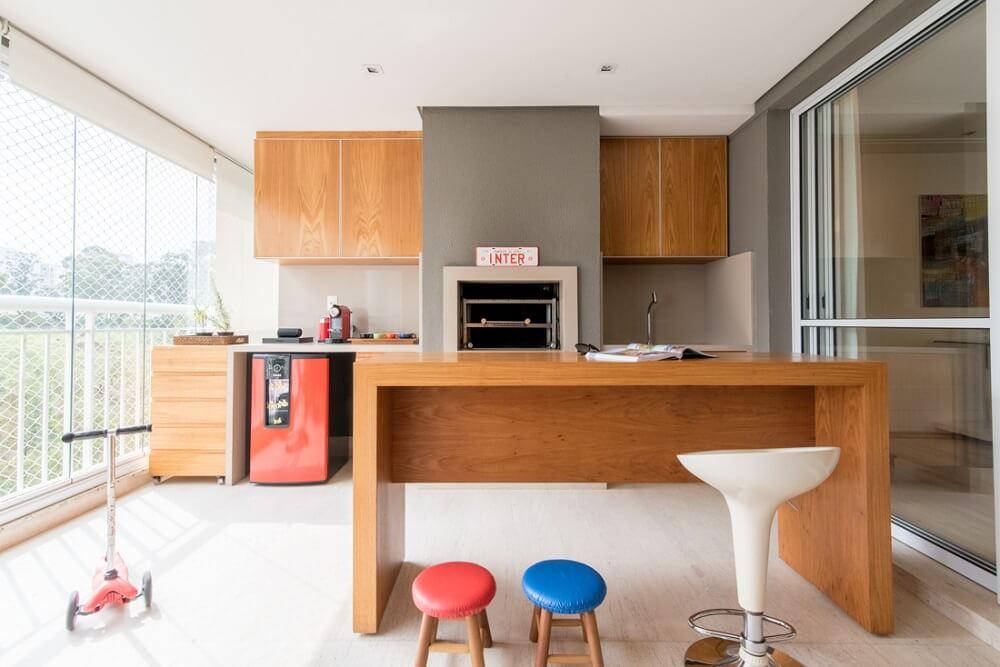 A varanda gourmet foi projetada para acolher familiares e amigos dos moradores. Foto: Julia Herman