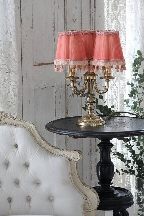 Abajur antigo cor de rosa com sala branca