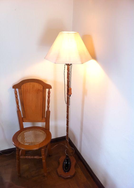 Abajur antigo de chão com cadeira de madeira