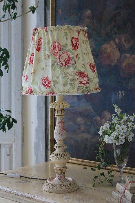 Abajur antigo floral em tons claros