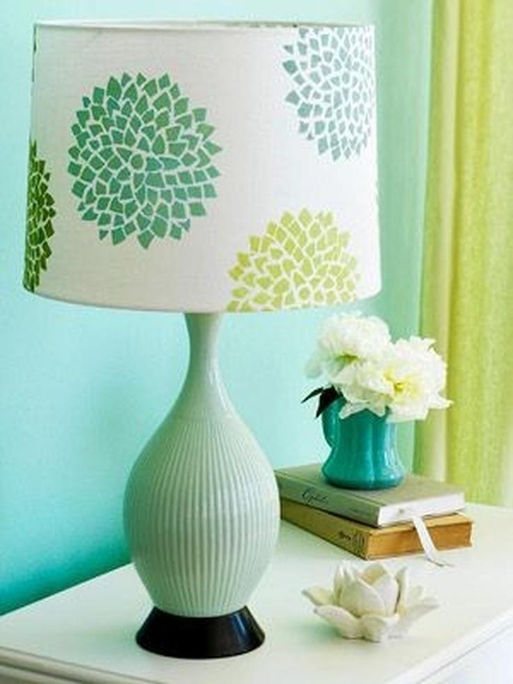 Abajur antigo verde e branco na sala de estar colorida