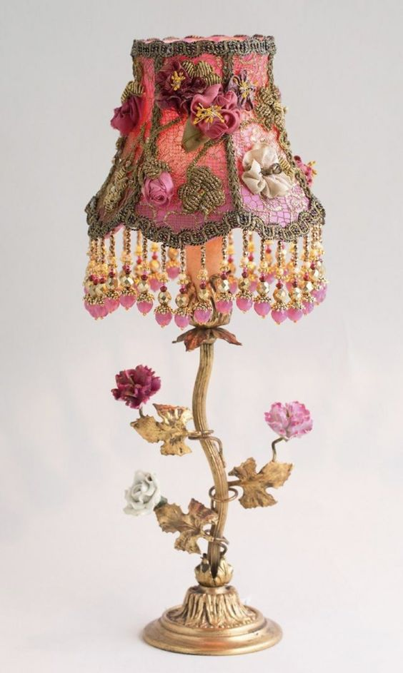 Abajur vintage com detalhes florais