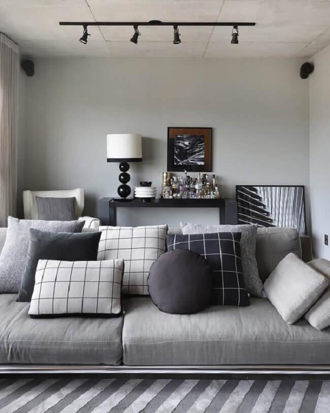 Acomode o aparador preto pequeno em um cantinho na sala de estar. Fonte: Tati do Valle