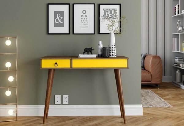 Aparador pé palito amarelo ilumina a decoração. Fonte: Pinterest