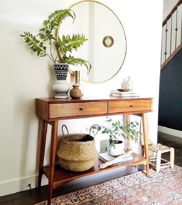 Aparador pé palito com gaveta serve de apoio para objetos decorativos. Fonte: Pinterest