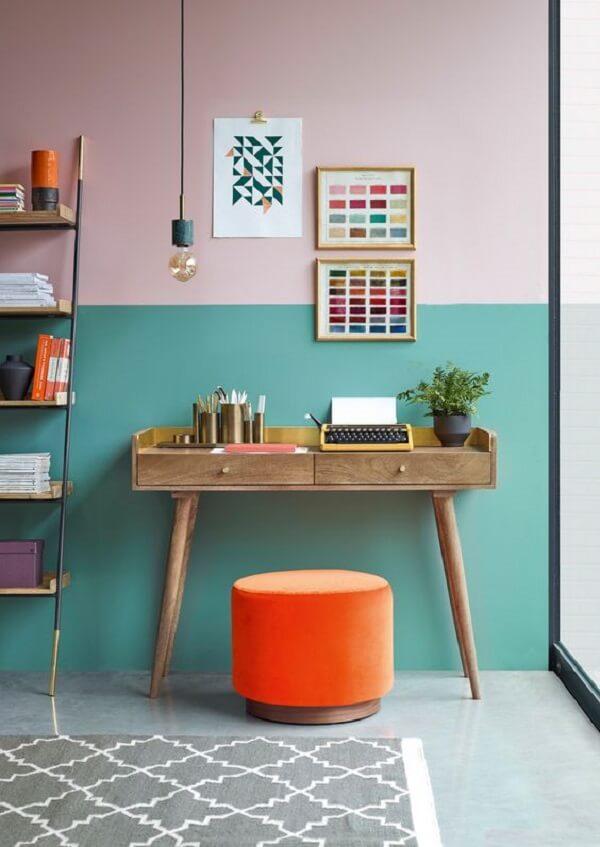 Aparador pé palito de madeira e puff laranja decoram o ambiente. Fonte: Pinterest
