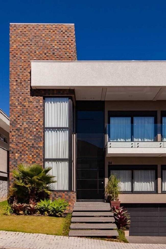 Arquitetura moderna com revestimento externo em pedra ferro. Fonte: Pinterest