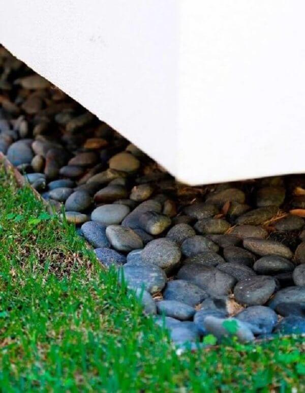 As pedras em tom cinza trazem um contraste para o jardim. Projeto de Daniel Nunes Paisagismo