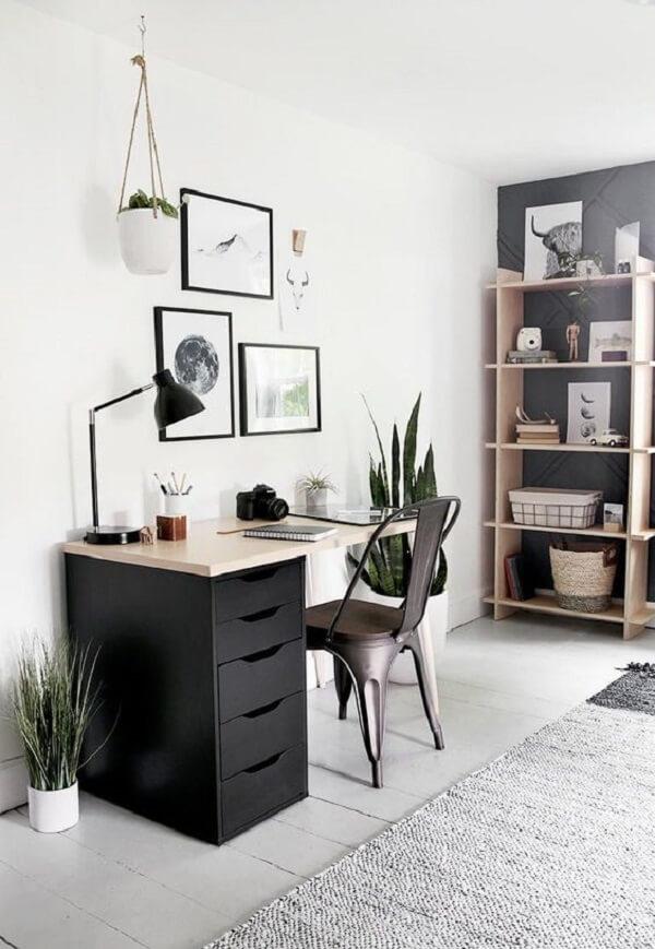 As plantas trazem um toque especial para o home office com bancada de madeira e gaveteiro preto. Fonte: Pinterest