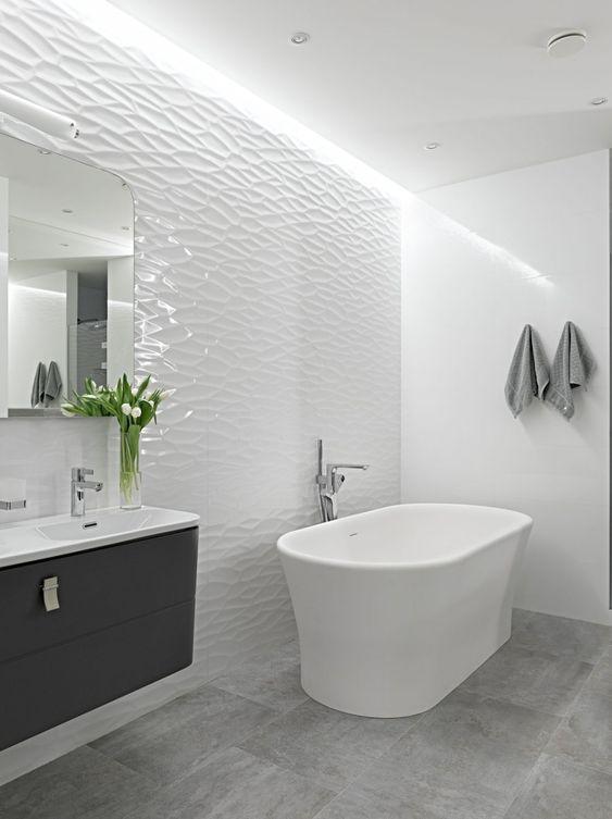 Banheiro com banheira e porcelanato 3d branco polido na parede