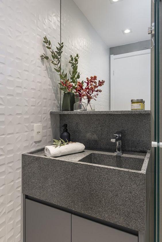 Banheiro com pia de granito cinza