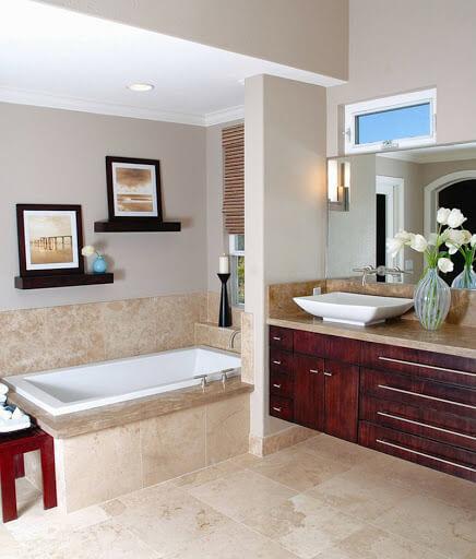 Banheiro com piso bege e decoração clássica