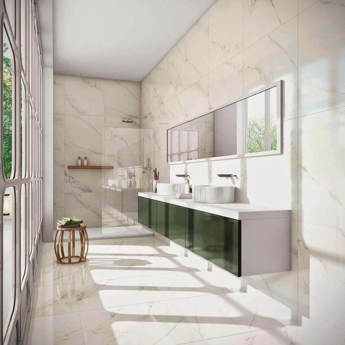 Banheiro com piso de porcelanato marmorizado e armario verde