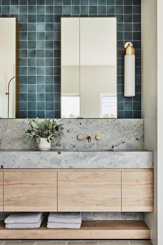 Banheiro com revestimento de granito cinza