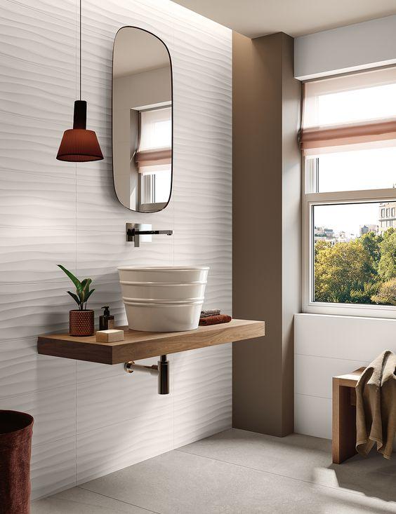 Banheiro com revestimento de porcelanato 3D