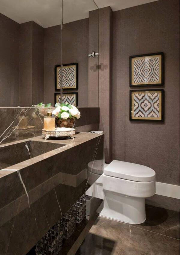 Banheiro com tons de marrom e pia de granito