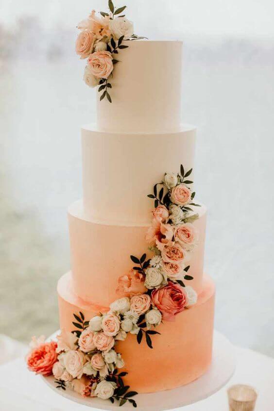 Bolo cor pessego com flores na decoração