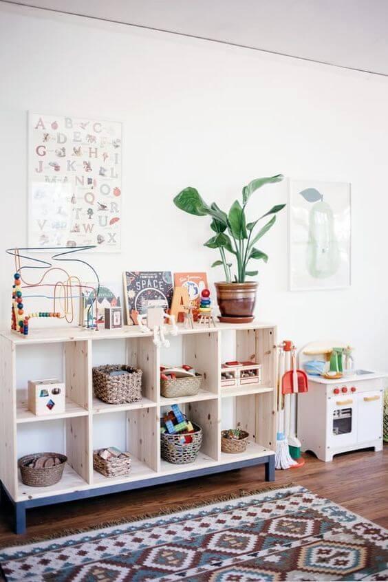Brinquedoteca decorada com mini estante