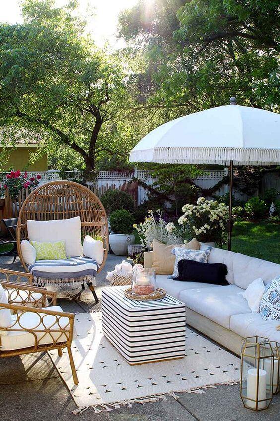 Cadeira para área externa com jardim e sofá